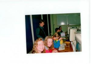 Marijke van der Brugge kijkt tevreden naar (haar) leerlingen axhter massieve beeldschermen..