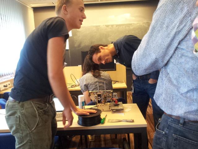Leerling laat zelfgebouwde 3D-printer zien tijdens Lorentz-workshop.
