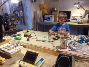 Een jongetje aan de slag in het Fablab van de Waag
